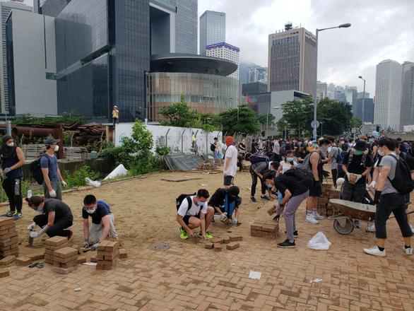 Biển người biểu tình gây sức ép, Hong Kong hủy thảo luận dự luật dẫn độ - Ảnh 1.
