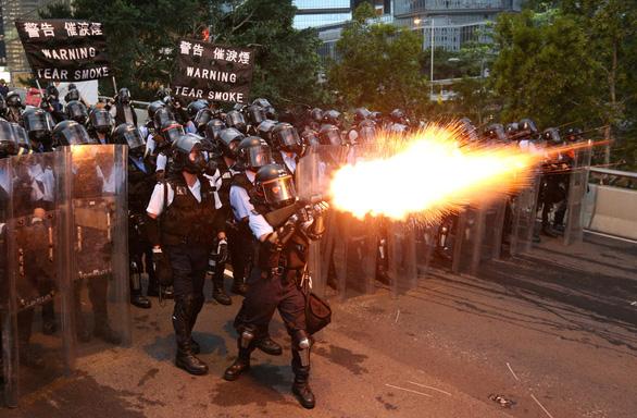 Hong Kong hỗn loạn, trấn áp gạch đá giữa cảnh sát và người biểu tình - Ảnh 3.