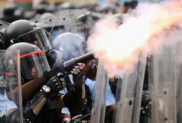 Hong Kong hỗn loạn, trấn áp gạch đá giữa cảnh sát và người biểu tình - Ảnh 5.