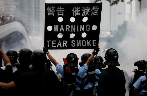 Hong Kong hỗn loạn, trấn áp gạch đá giữa cảnh sát và người biểu tình - Ảnh 4.