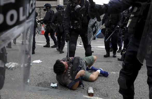 Hong Kong hỗn loạn, trấn áp gạch đá giữa cảnh sát và người biểu tình - Ảnh 1.
