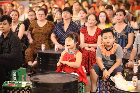 Những bóng hồng chuyển giới hát lô tô ở Sài Gòn - Ảnh 4.