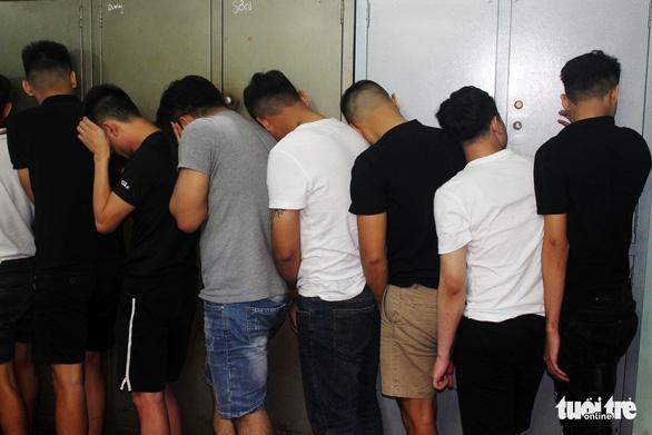 Hàng chục thanh niên tụ tập chơi ma túy trong quán karaoke - Ảnh 1.