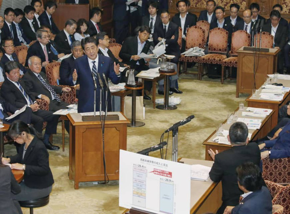 Thủ tướng Nhật phải xin lỗi vì báo cáo dân sống thọ, sợ bể quỹ hưu - Ảnh 1.