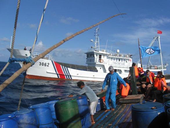 Philippines mắng tàu cá Trung Quốc hành vi hèn nhát, cám ơn Việt Nam - Ảnh 2.