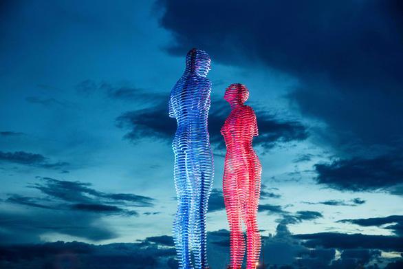 Bức tượng tình nhân nổi tiếng thế giới xuất hiện tại Việt Nam - Ảnh 2.