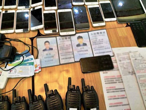 Tạm giữ 20 người Trung Quốc lừa đảo công nghệ, thu 26 máy tính bảng, 46 điện thoại - Ảnh 1.