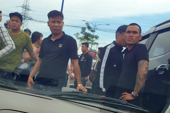 Những người bị nhóm xăm trổ bao vây xe ở Đồng Nai nói gì? - Ảnh 2.