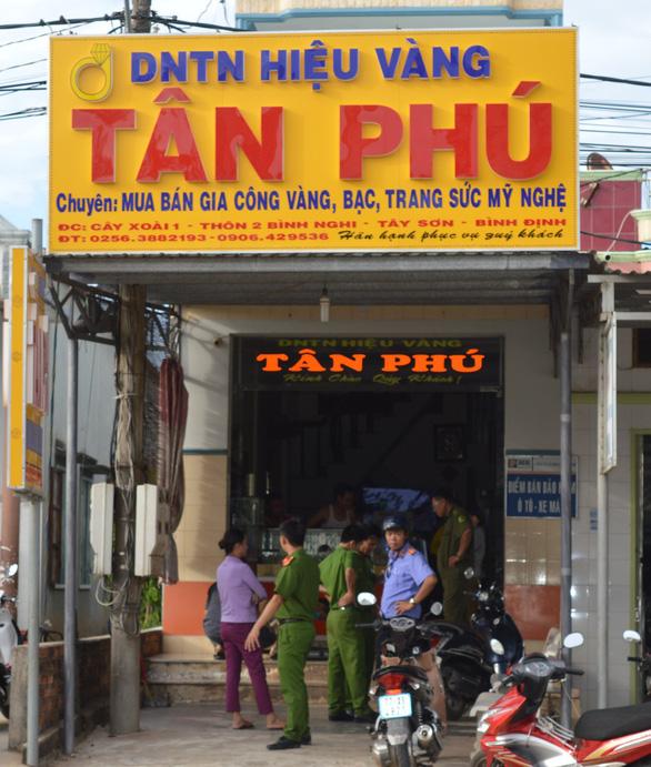 Nhân viên phục vụ hội chợ từ Sài Gòn ra Bình Định cướp tiệm vàng - Ảnh 1.
