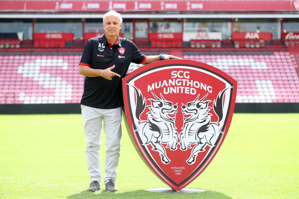 Vừa từ chức HLV tuyển U23 Thái Lan, ông Gama đã cập bến đội bóng của Văn Lâm - Ảnh 1.