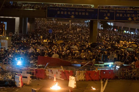 Hong Kong dần trở về nhịp sống bình thường sau những ngày hỗn loạn - Ảnh 4.