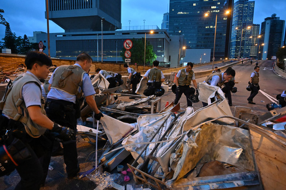 Hong Kong dần trở về nhịp sống bình thường sau những ngày hỗn loạn - Ảnh 2.