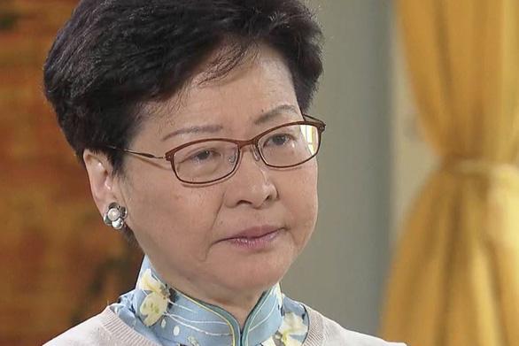 Lãnh đạo Hong Kong bị tố rơi nước mắt cá sấu trên truyền hình - Ảnh 2.