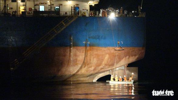 Cứu thuyền viên người Philippines gặp nạn trên vùng biển Việt Nam - Ảnh 2.