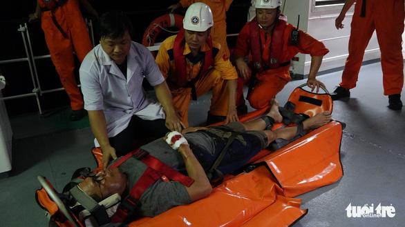 Cứu thuyền viên người Philippines gặp nạn trên vùng biển Việt Nam - Ảnh 3.
