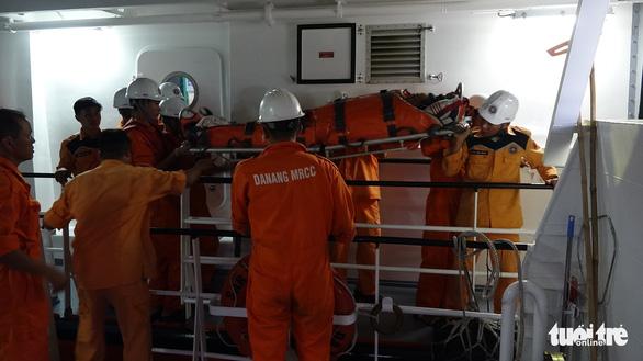 Cứu thuyền viên người Philippines gặp nạn trên vùng biển Việt Nam - Ảnh 4.