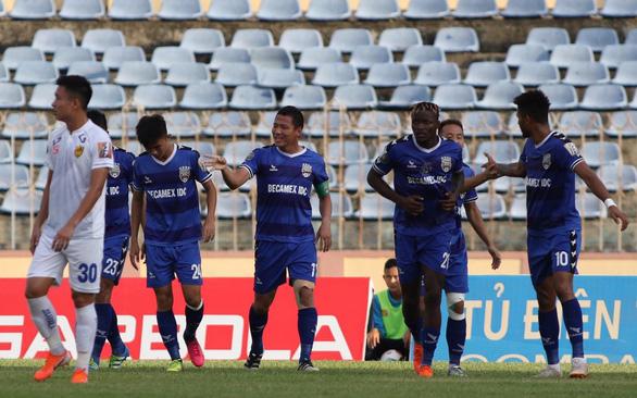 Trung vệ U23 Tấn Sinh mắc sai lầm, Quảng Nam thua Bình Dương - Ảnh 1.