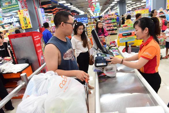 Nhà bán lẻ khuyến khích mua sắm tiện lợi không tiền mặt - Ảnh 2.
