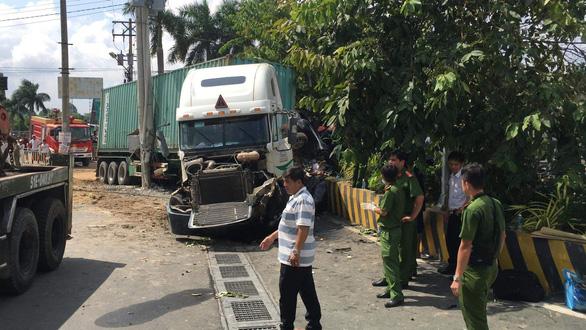 Xe container va chạm xe con trên quốc lộ 22, 5 người tử nạn - Ảnh 5.