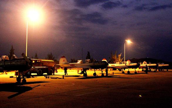 Một buổi huấn luyện bay IaK-52 ở Trung đoàn 920 - Ảnh 2.