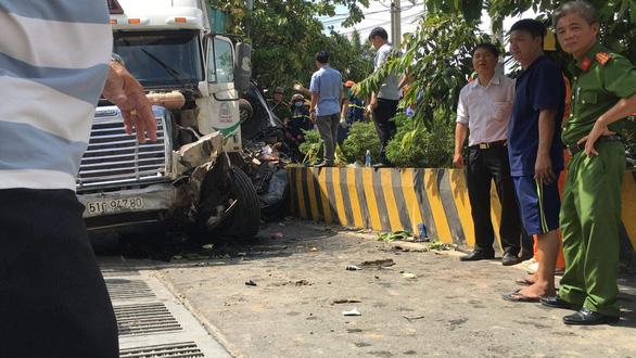 Xe container va chạm xe con trên quốc lộ 22, 5 người tử nạn - Ảnh 7.