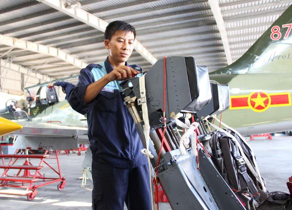 Một buổi huấn luyện bay IaK-52 ở Trung đoàn 920 - Ảnh 5.