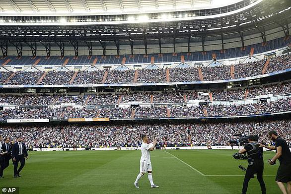 50.000 khán giả chứng kiến nụ hôn đầu của Eden Hazard - Ảnh 3.