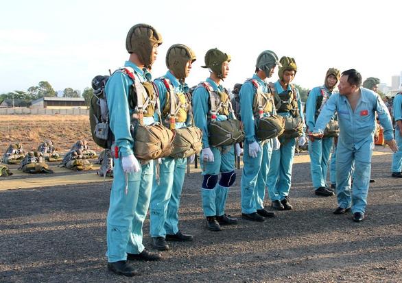 Một buổi huấn luyện bay IaK-52 ở Trung đoàn 920 - Ảnh 8.