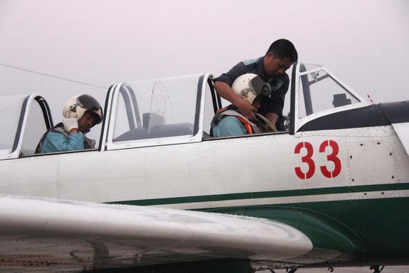 Một buổi huấn luyện bay IaK-52 ở Trung đoàn 920 - Ảnh 9.