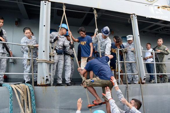Trung Quốc nói tàu cá nước này bị 7-8 tàu Philippines bao vây - Ảnh 1.