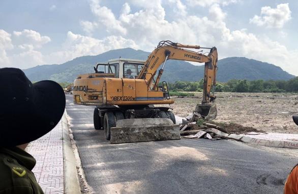 Tạm giữ hình sự hai người cản trở chính quyền dẹp dự án ma - Ảnh 2.