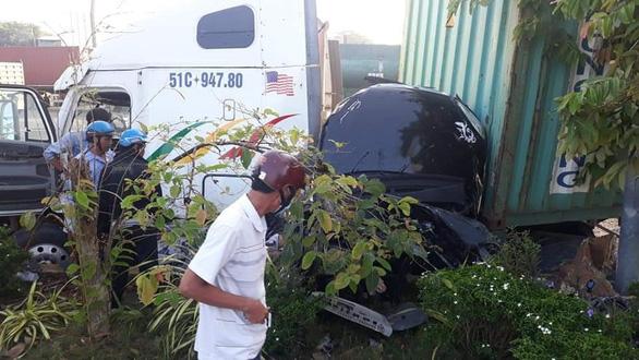 Xe container va chạm xe con trên quốc lộ 22, 5 người tử nạn - Ảnh 8.