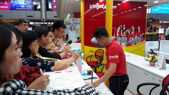 Hàng trăm người kẹt ở sân bay Cam Ranh vì hủy chuyến liên tục - Ảnh 2.