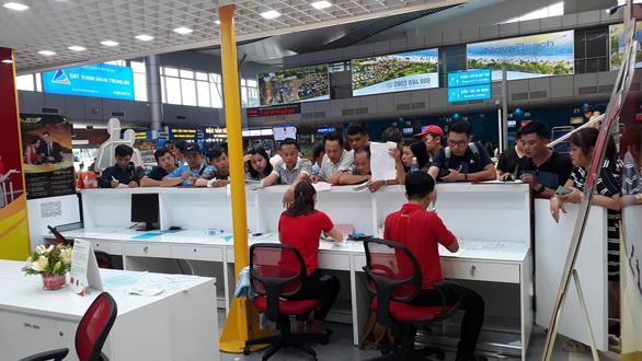 Hàng trăm người kẹt ở sân bay Cam Ranh vì hủy chuyến liên tục - Ảnh 4.