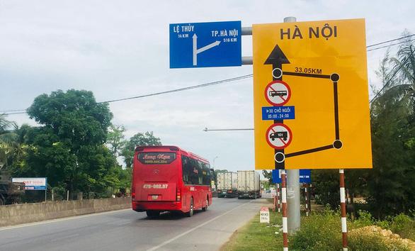 Cấm xe tải và xe khách, khóa đường mưu sinh của dân - Ảnh 1.