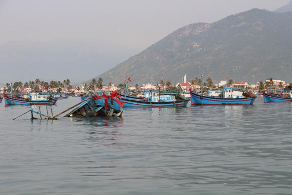 Lật thuyền chở 15 người ở vịnh Vân Phong, 3 người thiệt mạng - Ảnh 1.