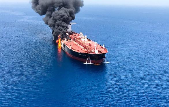 Những câu hỏi xung quanh vụ tấn công tàu dầu bí ẩn ở vùng Vịnh - Ảnh 1.