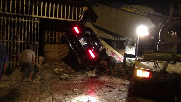 Xe Mercedes chạy tốc độ cao tông 3 nhà dân bên đường, 1 người chết - Ảnh 2.