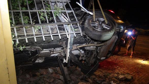 Xe Mercedes chạy tốc độ cao tông 3 nhà dân bên đường, 1 người chết - Ảnh 3.