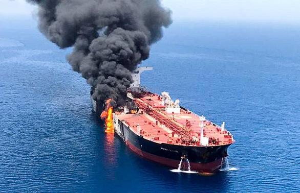 Anh cáo buộc Iran tấn công tàu chở dầu, Iran triệu đại sứ Anh - Ảnh 1.