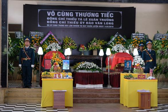 Xúc động lễ truy điệu hai phi công tử nạn vụ máy bay quân sự rơi - Ảnh 2.