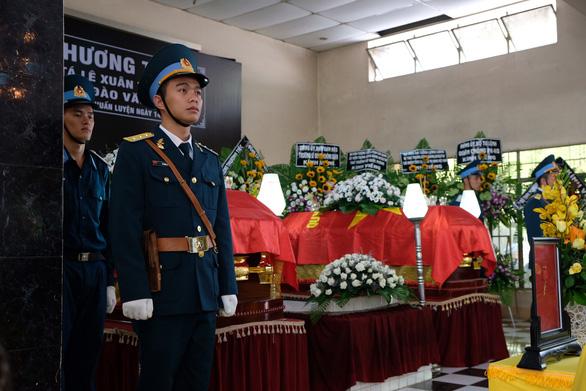 Xúc động lễ truy điệu hai phi công tử nạn vụ máy bay quân sự rơi - Ảnh 3.