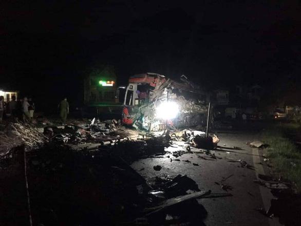 Xe khách nát bét sau va chạm với xe tải, 3 người chết, gần 40 người bị thương - Ảnh 1.