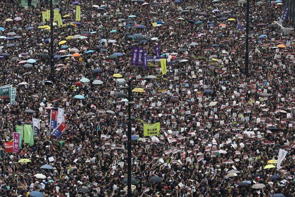 Hoãn luật dẫn độ, người Hong Kong vẫn xuống đường đòi bà Carrie Lam từ chức - Ảnh 1.