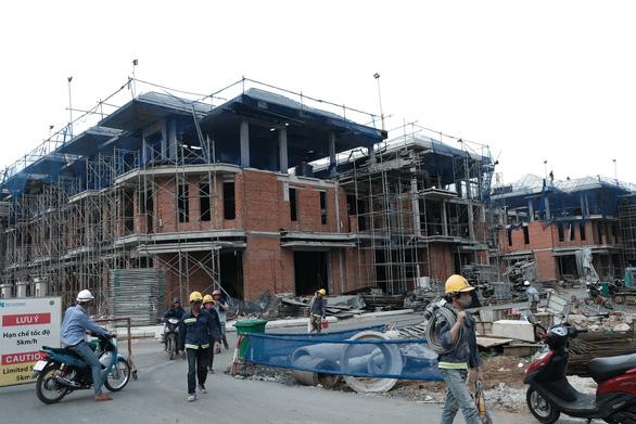Đình chỉ dự án xây lụi 110 căn biệt thự ở quận 7 - Ảnh 1.