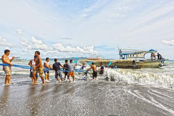 Phản bác Trung Quốc, Philippines khẳng định tàu Việt Nam cứu ngư dân - Ảnh 1.