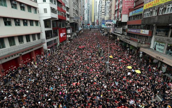 Hoãn luật dẫn độ, người Hong Kong vẫn xuống đường đòi bà Carrie Lam từ chức - Ảnh 3.