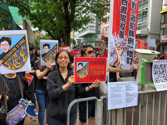 Hoãn luật dẫn độ, người Hong Kong vẫn xuống đường đòi bà Carrie Lam từ chức - Ảnh 2.