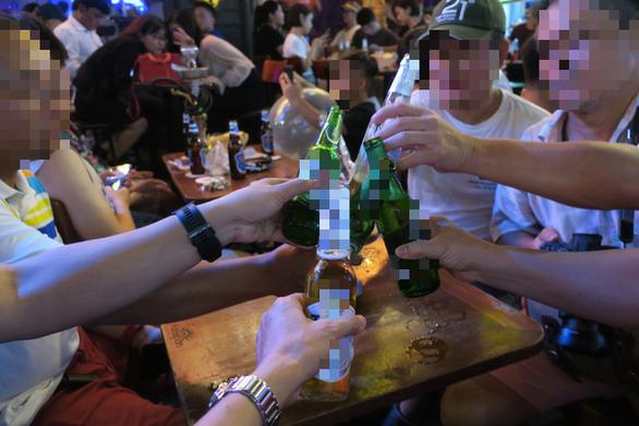 Cấm lái xe khi uống rượu bia: Đáng mừng khi có luật mạnh mẽ, nhưng... - Ảnh 1.