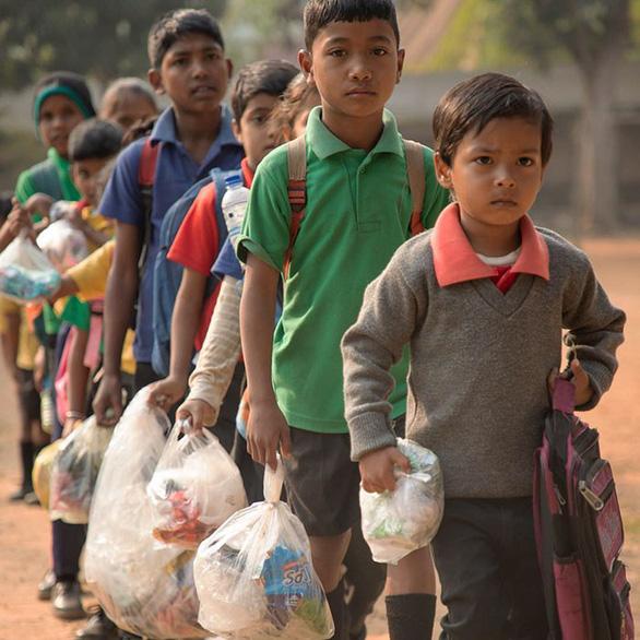 Thu học phí bằng chai nhựa, túi nilông, ngôi trường làm đổi thay cả thị trấn - Ảnh 2.